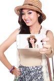 采取selfie的愉快的亚裔妇女使用她的智能手机 免版税库存照片