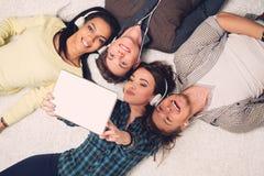 采取selfie的愉快的多种族朋友 免版税图库摄影