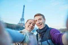 采取selfie的愉快的夫妇在巴黎 免版税库存图片
