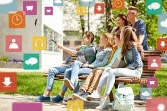 采取selfie的愉快的少年学生由智能手机 免版税库存照片
