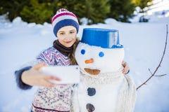 采取selfie的愉快的微笑的十几岁的女孩 免版税图库摄影