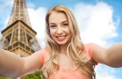 采取selfie的愉快的微笑的少妇 免版税图库摄影