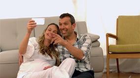 采取selfie的愉快的未来父母 股票录像