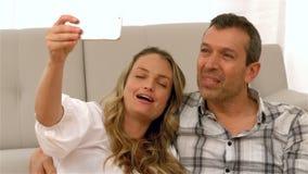 采取selfie的愉快的未来父母 股票视频