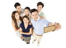 采取Selfie的愉快的年轻小组 免版税库存照片