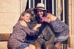 采取Selfie的旅游女孩在雕象附近在Habana古巴 库存照片