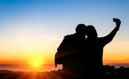 采取selfie的最好的朋友夫妇在日落 库存图片