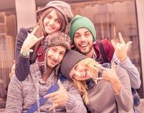 采取selfie的最好的朋友户外与滑稽的面孔表示 免版税库存照片