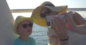 采取selfie的母亲和儿子在海上旅行期间 股票视频