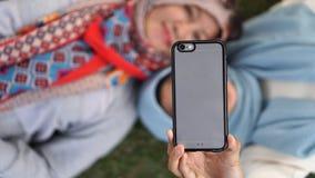 采取selfie的母亲和她的女儿 免版税库存照片