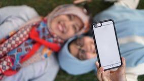 采取selfie的母亲和她的女儿 库存图片