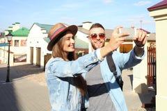 采取selfie的游人愉快的夫妇在老城市 库存图片