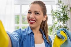 采取selfie的美丽的少妇,当清洗在家时 免版税库存图片