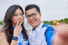 采取selfie的美好的亚洲夫妇在巴黎 免版税图库摄影