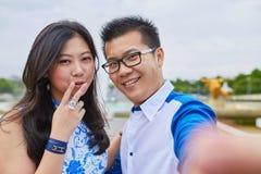 采取selfie的美好的亚洲夫妇在巴黎 免版税库存照片