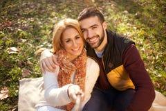 采取selfie的美好的年轻夫妇在秋天森林里 图库摄影