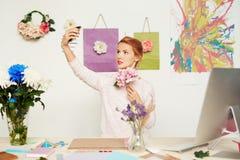 采取selfie的花卉设计师 库存照片