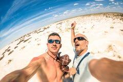 采取selfie的行家最好的朋友在Etosha国家公园 库存照片