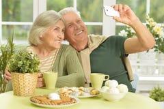 采取selfie的资深夫妇 库存图片