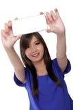 采取selfie的逗人喜爱的亚裔女孩,隔绝在白色 免版税库存图片
