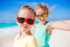 采取selfie的逗人喜爱的小女孩在异乎寻常的海岛上的热带海滩在暑假时 图库摄影