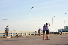 采取selfie的年轻夫妇在轰隆Pu海边 图库摄影