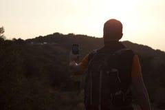 采取selfie的登山家,当远足时 免版税图库摄影