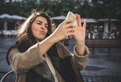 采取selfie的40岁妇女 免版税库存照片