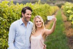 采取selfie的年轻愉快的夫妇 免版税库存照片