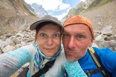 采取selfie的滑稽的旅客夫妇  免版税图库摄影