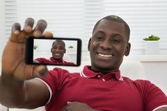 采取Selfie的年轻非洲人 免版税库存图片
