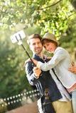 采取selfie纪念品的愉快的夫妇在公园 免版税库存照片