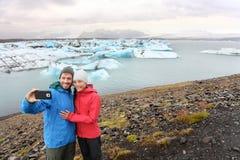 采取selfie自画象冰岛的旅行夫妇 免版税库存图片