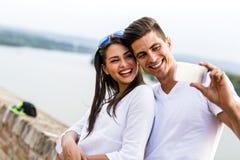 采取selfie他们自己的年轻美好的夫妇 库存照片