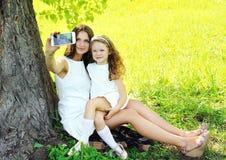 采取selfie画象的母亲和女儿孩子 免版税库存图片