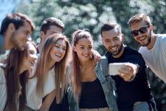 采取selfies的小组朋友在公园 库存照片