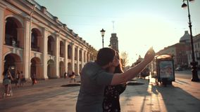 采取selfies的年轻夫妇在城市大路大道 股票录像