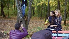 采取selfies的愉快的年轻家庭秋天场面  股票录像