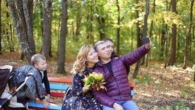 采取selfies的愉快的年轻家庭秋天场面  影视素材