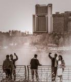 采取Selfies的游人在尼亚加拉瀑布 图库摄影