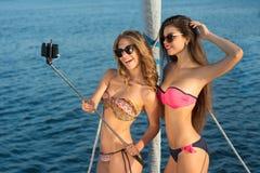 采取selfies的游艇的妇女 免版税库存照片
