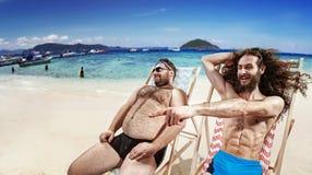 采取sunbath的两个滑稽的朋友 库存照片
