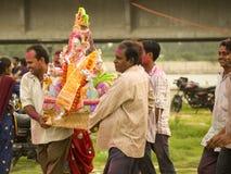 采取visarjan的ganesha 免版税图库摄影