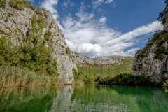 采廷娜河看法在Omis Almissa市,达尔马提亚,克罗地亚峡谷/河/绿色/山附近的 图库摄影
