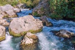 采廷娜瀑布,狂放的河,克罗地亚, Omis,马卡尔斯卡 库存照片
