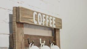 采摘一杯咖啡在一个杯子立场的用手 股票录像
