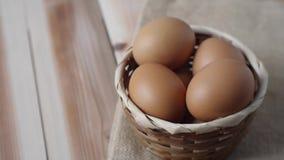 采摘从篮子的鸡蛋与停止运动英尺长度录象剪辑 股票视频
