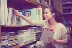 采摘各种各样的笔记本的顾客 免版税库存照片