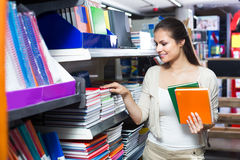 采摘各种各样的笔记本的顾客 库存图片