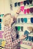 采摘各种各样的纺织品补丁的妇女 免版税库存照片